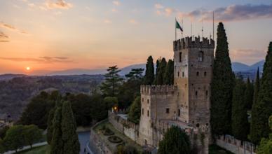 Il castello di Conegliano, la pinacoteca del pian terreno, opere pittoriche di grande valore quali Giambattista Pittoni, Palma il Giovane e del Pordenone, reperti Romani ritrovati nell'area coneglianese e altri oggetti di interesse storico